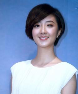 桂纶镁现身代言活动 白色长裙显优雅