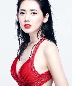 秋瓷炫火辣写真 深V红裙湿身诱惑 秋瓷炫图片