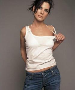桑德拉·布洛克吊带背心写真姿势迷人