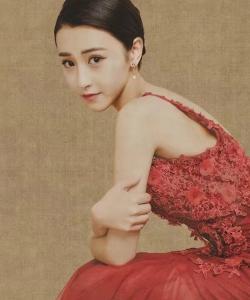 朱圣祎复古典雅露背裙写真图片