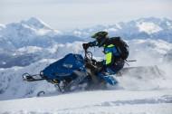 在雪山里开着雪地车的人图片(12张)