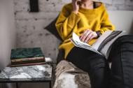 看书的黄色衣服美女图片(11张)
