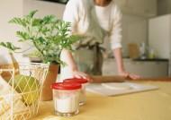 女性室内忙碌做饭图片(25张)