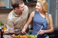 在厨房做饭的情侣图片(10张)