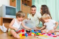 父母居家陪孩子玩耍图片(14张)
