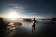 海边拿着冲浪板的人图片(14张)