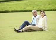 老人在户外草地休闲运动图片(29张)