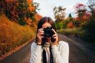正在摄影的女生图片(12张)