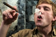 正在抽烟的男人图片(10张)
