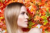 枫叶和彩妆美女写真图片(15张)