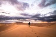 人们走在沙漠的图片(12张)