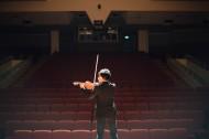 拉小提琴的人物图片(10张)