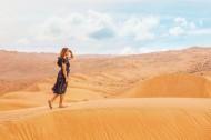 沙漠上行走的人图片(13张)