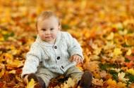 坐在地上的可爱儿童图片(10张)