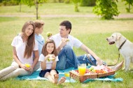在户外野餐的一家人图片(10张)