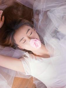 气质轻熟女私房薄纱遮面朦胧美
