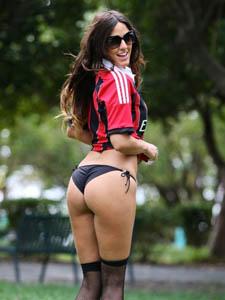 意大利超模穿着AC米兰球衣和黑色性感小内裤在公园练球