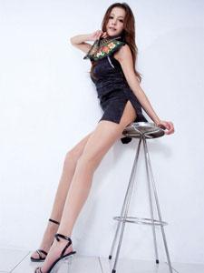 最新极品美女腿模Dennise开叉裙写真