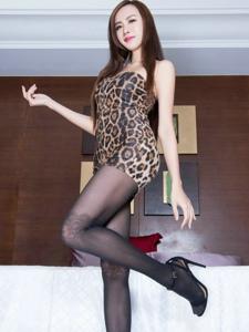黑色丝袜豹纹紧身裙美女Dora性感又迷人