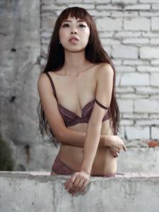 废墟里的性感内衣美女