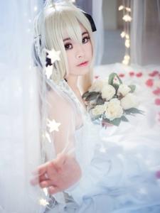 白皙女孩捧花纯白cosplay