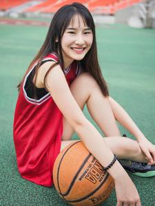 白皙篮球少女操场热血写真活力四射