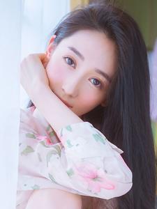 超漂亮的长发清纯女孩与花朵的甜蜜相约