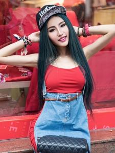 牛仔配红裙的可爱姑娘清纯气质靓丽写真