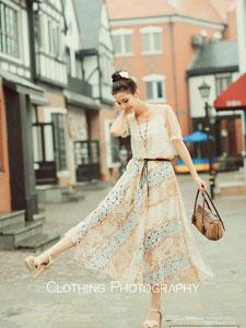 气质嫩模花长裙迷人街拍