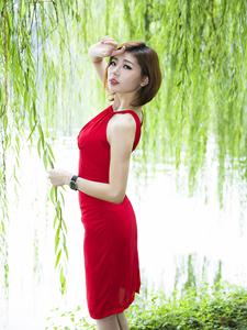 妖娆红裙美女夏日的清新