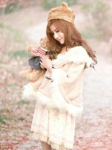 冬日枫林里的甜美少女