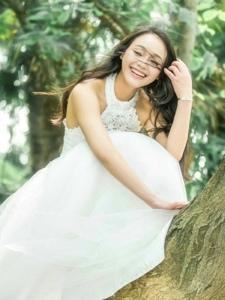 白纱美女树上灿烂迷人笑容养眼可人