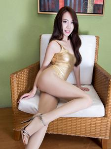 金色连体衣Alice性感沙发写真