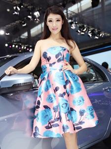 气质车模花色抹胸长裙车展绽放光彩