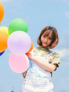 俏皮妹子气球放飞梦想