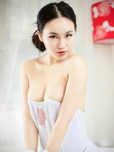 丰满美女模特贾明瑛半露酥胸诱惑私房写真