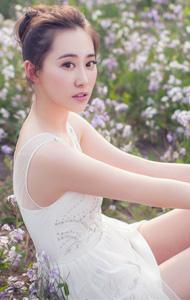 花草中的美丽女人