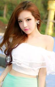 裸露香肩清纯美女照片 甜美妆容羞涩可爱