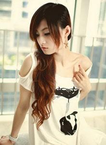 白衣靓丽美女沙发上清纯写真