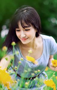 采花少女花海图片  笑容明朗显亲和