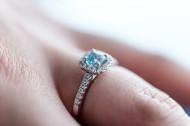 戴在手上的戒指图片(14张)