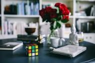 办公桌上的红玫瑰图片(11张)