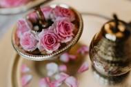 桌上的摆盘玫瑰图片(11张)
