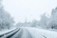 雪天道路两旁风景图片(8张)
