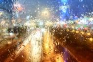 雨天窗外模糊景色图片(8张)
