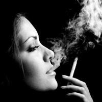 吸烟的欧美女人